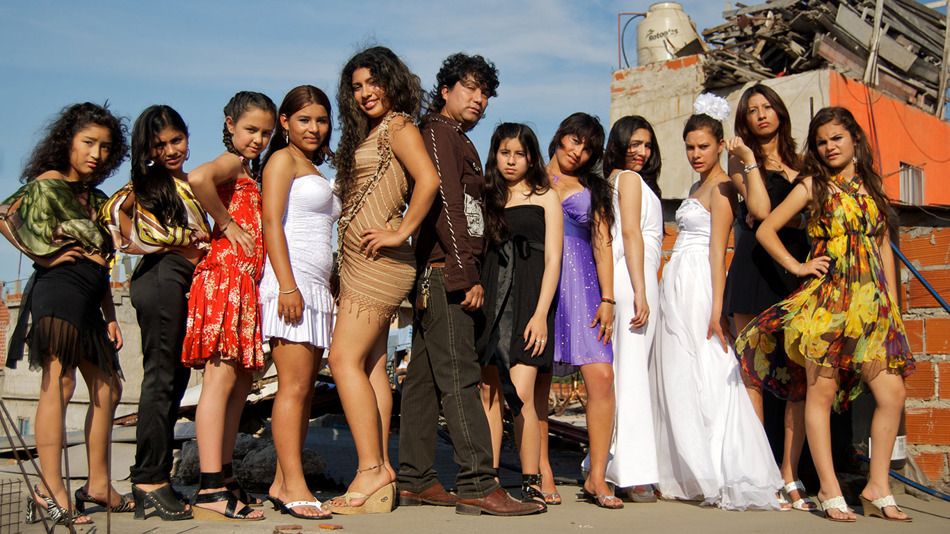 A Bolivian hairdresser teaches a group of girls about modeling in Villa 31