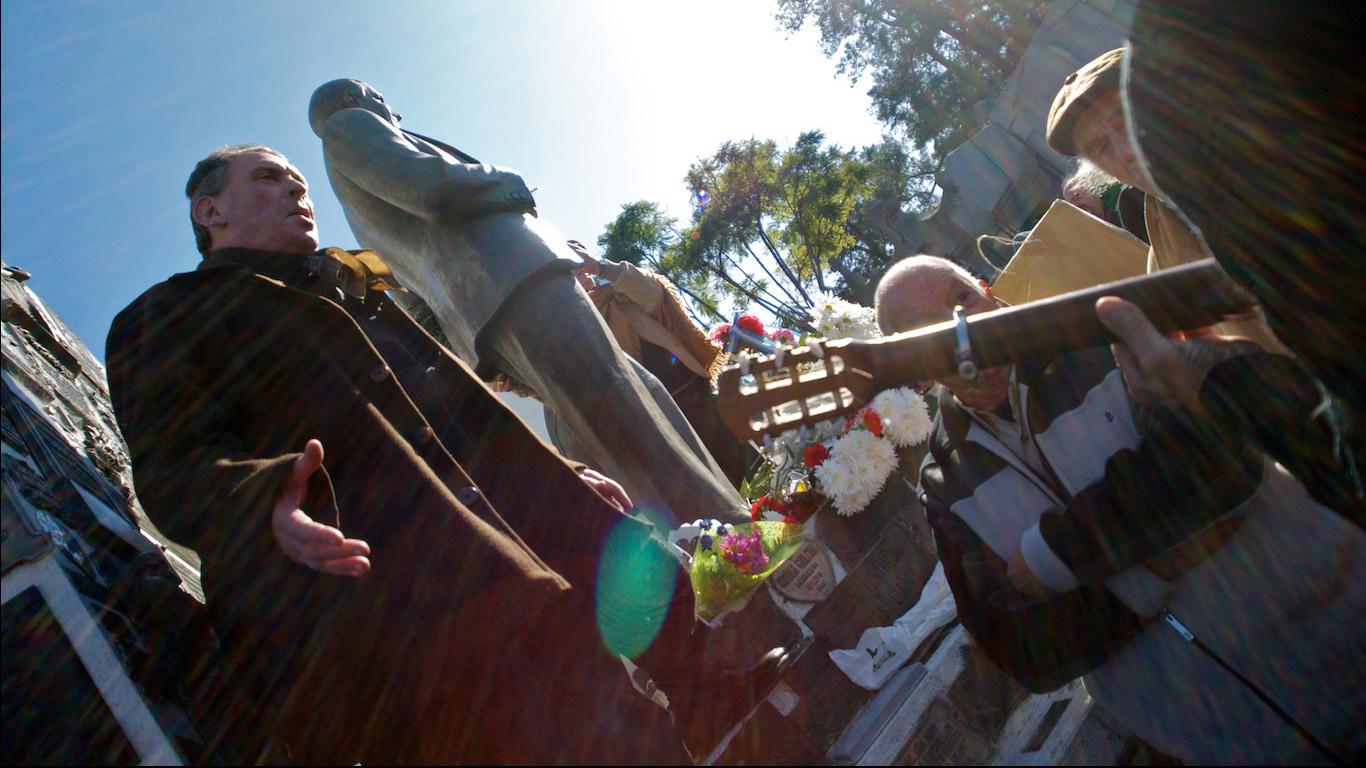 Singing tango at Carlos Gardel's tomb