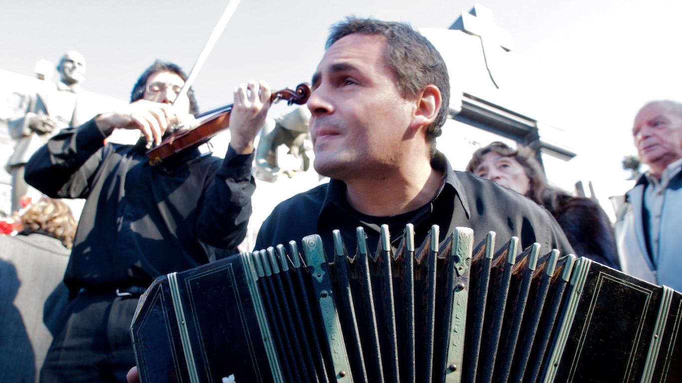 Bandoneon player at Carlos Gardel's tomb