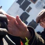 Replacing the cigarette in Carlos Gardel's 'hand'